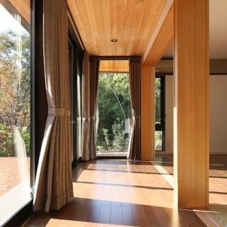 1階 縁側~茶の間・窓/縁側突き当りのガラスや茶の間の縦長の窓は、視線が抜けて開放感を与える役割を持つ。これなら仕切りを閉じて部屋を利用する際も圧迫感を感じることがない