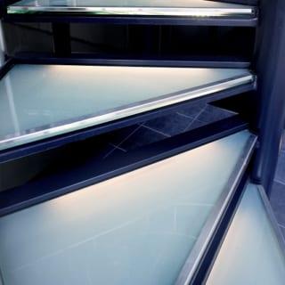 ノンスリップガラスの内部にLED照明をセット。耐久性と意匠性のバランスを徹底的に考慮してガラスの厚さを決定した。