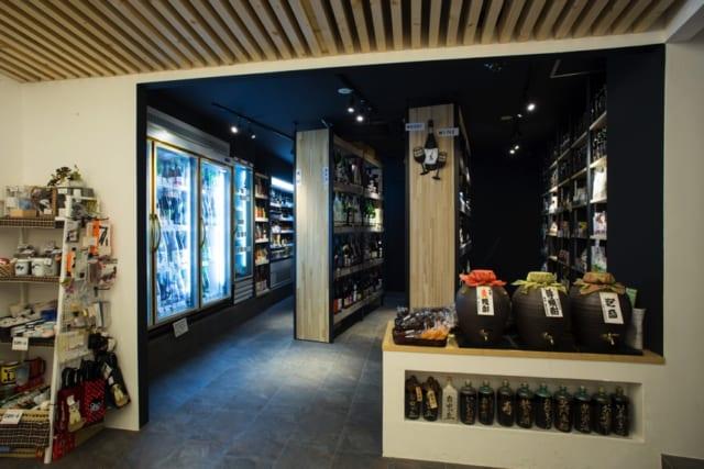 ワインや一升瓶が並ぶ棚は薄く高くつくられており、近付かなくても商品全体が見渡せる。落ち着いた雰囲気で、お客さんの滞留時間も延びたそう。