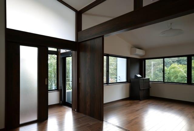 2階 リビング/寝室からリビングを望む。窓に合わせて帯状のブラウンに色分けがほどこされ、横の広がりを感じさせる