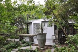 緑を眺めゆったり。ゲストと憩う暖炉付きテラスハウス