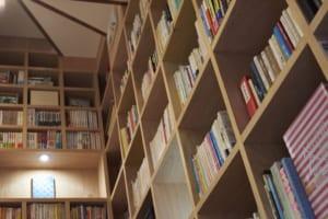 偶然と必然、アートと本棚が織りなす世界で一つだけの空間