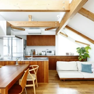 2階 ダイニング~リビング/家族で憩うのにふさわしい、明るく開放的な空間。床はシルバーチェリー、白壁は珪藻土で高級感のある仕上がりに
