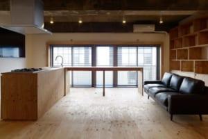 可動の家具で緩く仕切ったモダンなワンルーム空間