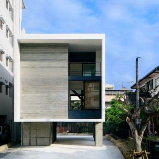 外観/1階は駐車場と玄関。「2階、3階を支える柱を玄関部分に入れてどっしりと支えているデザインにし、視覚的な安定感を出しました」と小林さん。2階の寝室の窓は、ルーバーを開けると、スキマ空間を通して奥のヤシの木が外からも見えるように設計