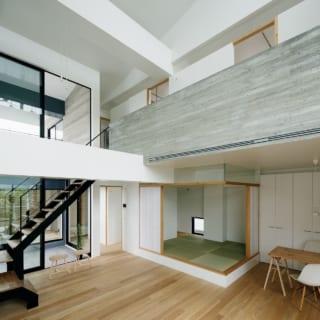 2階 LDK/吹抜けの広々したLDKは天井高が最大6.7mもあり、抜群の開放感。窓は3階部分まで大きく取ってあり、明るい光と気持ちのよい風がたっぷり入る
