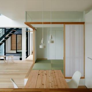 2階 ダイニング~畳の小上がり/施主さまの希望でつくった畳の小上がり。リビング・ダイニングの一部としてくつろげるほか、来客時の寝室としても使える