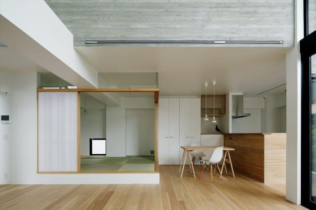 2階 LDK/キッチンカウンターの腰壁に床材と同じものを張り、ナチュラルな木目調のインテリアに馴染ませている