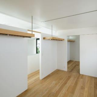 3階 個室/3階は息子さんたちの個室。壁の木製部分は衣類用ハンガーパイプ。各個室の収納は時季ごとに必要な分にとどめ、別途大きなファミリークローゼットを設けている。小林さんによると、「収納を一か所に集約することで、リビングなどの住空間を広く取りやすくなります」。オープンなハンガーパイプ収納は湿気の多い沖縄の気候に合い、喜ばれている