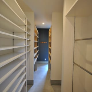 1階 玄関収納/玄関脇のシューズクローゼットと納戸スペースは、計5畳分もの大容量。趣味のサーフィン道具やアウトドア用品をすっきりと収納できる