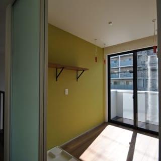 2階 ランドリールーム/奥様こだわりのランドリールーム。日当り良好の部屋の天井から吊るされたフックに竿をとりつけることで、たくさんの洗濯物が室内干しできる