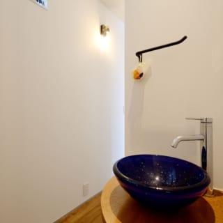 1階 廊下手洗い場/廊下に設けられた手洗い場。帰宅時や来客時に洗面所まで行かずともここで手を洗える