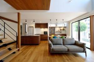 施主の理想を実現した、家族の和をはぐくむ都会派西海岸住宅