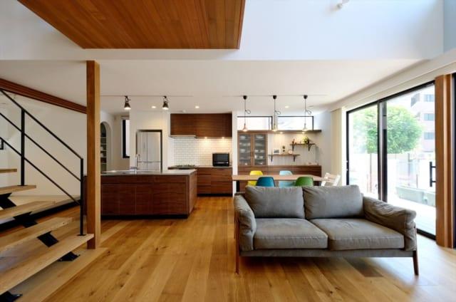 1階 リビング/光が降り注ぐリビング。正面の作り付けの棚は、あえて天井まで作らずハイサイドの窓を設けることで圧迫感を軽減するとともにアイキャッチの役割も