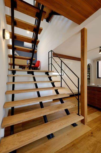 1階 階段~中2階 スタディスペース/スキップフロアの先の中2階は、キッチンからも目が届くスタディスペース。その下が床下収納となっている。鉄骨階段下には愛犬のゲージを置く