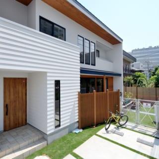 外観 玄関/クライアントこだわりのフェンスがアメリカっぽさを演出。目隠しを木の縦格子にすることで、風通しや圧迫感のない目隠しを実現
