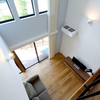 2階から1階を見る/雲梯から階下を臨む。吹き抜け上部の窓から外が見えるため、まるで空に浮いているかのよう