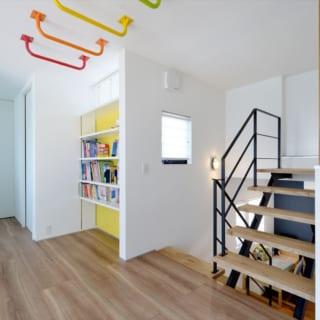 2階 ホール/2階のホールでは、レインボーカラーの雲梯がお出迎え。本棚もあり、遊び