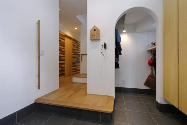 1階玄関 /広々とした玄関奥には、階段下の空間を上手く利用した、収納スペース。アールのついた入口がかわいらしい