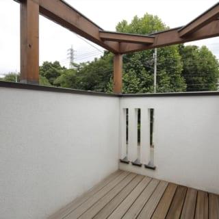 2階 バルコニー/玄関上に新しく設けられた第2のバルコニーにはパーゴラを設置。花見、月見、夕涼みなど、いろいろな楽しみ方ができそう。