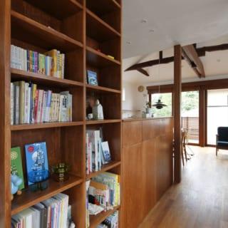 2階本棚 カウンター/大容量の本棚とカウンター収納。ここで本を選び、リビングで読書。時を忘れる贅沢な時間が過ごせそう。