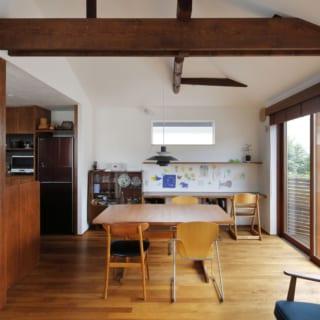 2階 リビング/旧宅に隠れていた松の丸太の梁が、古民家の雰囲気を醸し出す。自然木の落ち着いた素材感が、カフェに来たようなほっこりした気持ちにさせてくれる