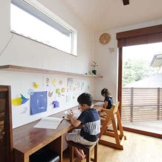 2階 スタディコーナー/ダイニング脇の壁に作りつけられた、スタディコーナー。自然光の中で勉強や読書ができる