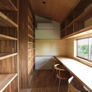 2階 スタディールーム/子どもの学習机としても使えるよう、眺めのいい窓の下に木のテーブルを配置。壁には本をたっぷり収納できる本棚を設けたほか、部屋の奥には貼り紙ができる木の壁も用意した
