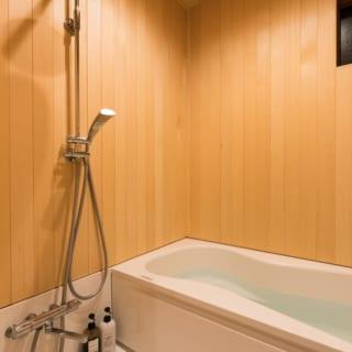 1階 バスルーム/バスルームには水に強いヒバ材を使用。木の香りに包まれながらバスタイムを楽しめると、ご家族からも好評だそう