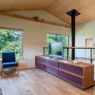 2階 リビング/1階の薪ストーブ上の吹き抜けを囲むように配置されたリビング。今回制作したテレビ台には複数のアクリルをカットした重ね格子をあしらい、和の雰囲気を現代的な製法で演出した