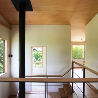中2階 和室に続く階段/階段には踊り場をつくり、中2階の和室にダイレクトに入れるよう工夫。手すりの木の細かい角度調整が必要だったが、大工さんの手仕事により実現した