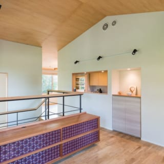 2階 廊下/階段を上ってきたところにある廊下。正面にはキッチンスペースがある