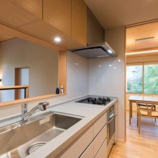 2階 キッチン/料理をしながら美しい緑を眺めることができるのが魅力。右にはダイニング、左にはスタディールームが配されている