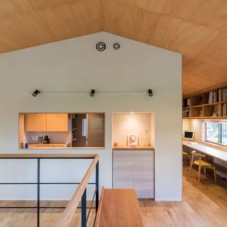 2階 キッチン/正面のキッチンを中心に、右は家族のスタディースペース、左はダイニングとなっている。キッチンスペースは「セミオープン」にして家のような形に見えるデザインもユニーク