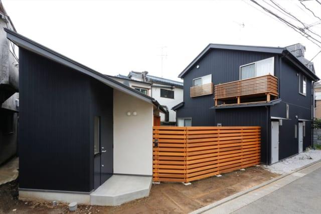 外観/木製の塀に囲まれた庭を挟み、右が耐震補強とリノベーションをした家、左が新築したお母様の家。家の方向をナナメにすることで、日照の問題と庭の確保、広々とした印象を持たせる課題をクリアした