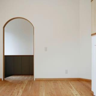 入り口/壁紙は和紙のような素材に天然のウッドチップが入っている、ドイツ製の「オガファーザー」を使用。ウッドチップと上に塗った漆喰系の天然素材により壁紙が呼吸し、室内を快適に保つ手助けをする。「汚れたら、塗料を塗り重ねることでメンテナンスできます。壁紙を張り替える必要がないところも魅力です」と山口さん