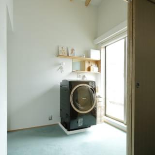2階 洗濯機置き場/バルコニー横に洗濯機を置くことで、すぐに干すことが可能に。背部には、お風呂のお湯を取れるように小窓を設置