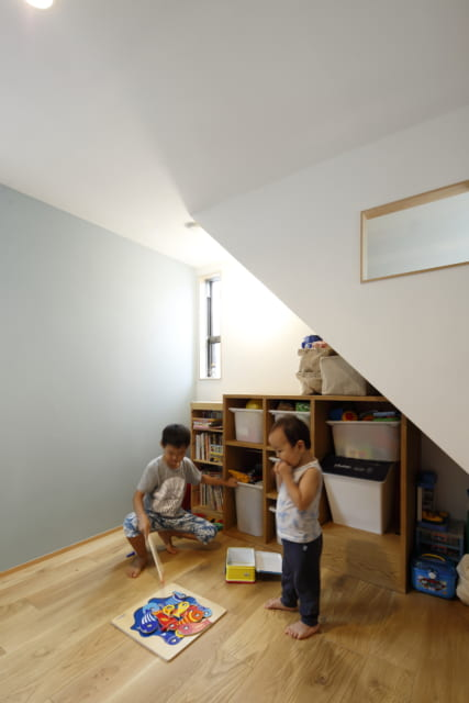 2階子供部屋 /ロフトへの階段には開口があり、空気の循環と光を取り込む。階段下部分にも窓を作り、明るさを確保