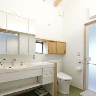 2階 洗面室/洗濯スペースの代わりに、家族用トイレを設置。これにより、1Fに降りず2Fだけで過ごすことも可能となった