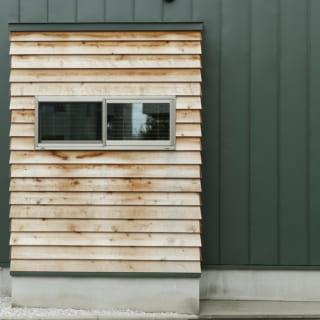 外観 /外壁から飛び出た部分に、木板を使うことで、手作りの秘密基地感を演出