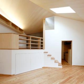 リビング~寝室・天窓/リビング天井、寝室の壁際、中央の柱の上に天窓がある。複数の箇所から光が入り、時間とともに陽が移ろいでいくのを楽しむ。