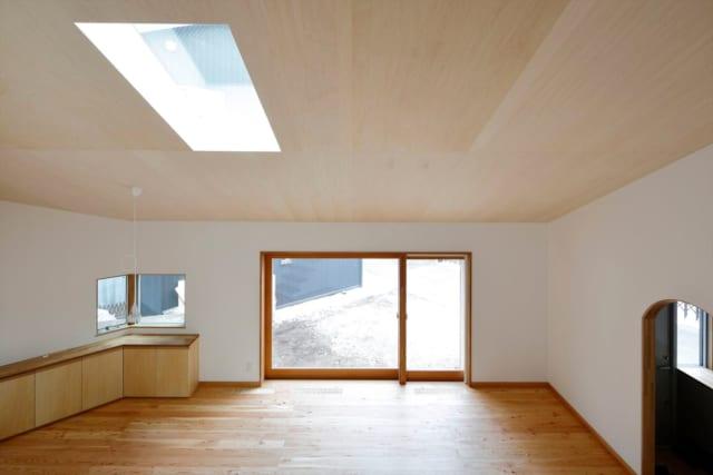 リビング 窓・天窓/北向きになるリビングの窓。柔らかな光が入り「縁側のように使用するのも良さそう」と山口さん。そのまま庭に下りることもできる。大きな天窓からは豊かな日差しが入るのでとても明るい