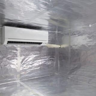 ロスナイ換気扇のフィルターにより花粉を除去して空気清浄された空気はこのスペースに一旦送り込まれる。家庭用のルームエアコンたった一台で家中の空調をまかなう。適温に調整された空気はここからパイプで家中に送られる。リビングの床にも温度が伝わり、夏はひんやり、冬はあったか