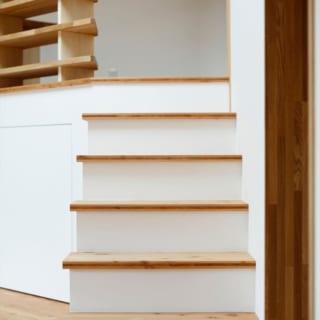 階段/階段の段板や、寝室の床の縁の部分には3cm厚の唐松三層パネルを使用。床の唐松フローリングは1.2cm厚だが、断面が見える部分に同じ素材の厚い板を使うことですべての部分で厚い板を使っているような錯覚を覚え、重厚さがアップした