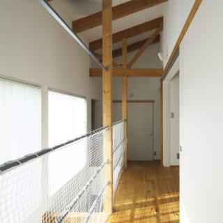 2階 廊下/効果的に設けられた左の吹抜けのおかげで2階の廊下も明るい