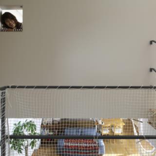 2階 子供部屋~小窓/子供部屋には中2階やリビングを見下ろせる小窓がついている。遊び心だけでなく空気の通りなど計算して設置
