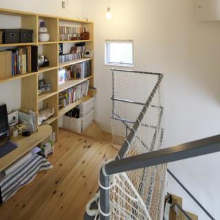 中2階/ゆったりとした中2階は、家族が気軽に過ごせるようパソコンや本棚を設置