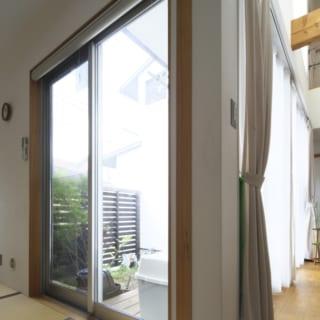 1階 中庭/1階の室内から中庭を望む。写真右のリビング側は大きく窓を取り採光も十分