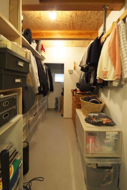 1階 ファミリークローゼット/洗面所から見たファミリークローゼット。手前右にリビングへの扉がある