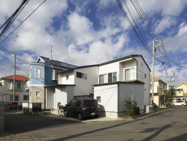 外観/画面奥の屋根上に太陽光発電を設置する予定。その下には、高さがなくてもよい浴室や主寝室を配置している
